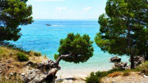 pohled na skrytou chorvatskou pláž